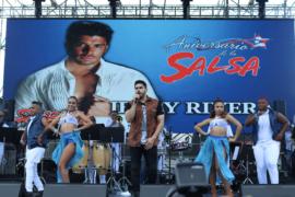 Miles bailan en el Aniversario de la Salsa 2019 en Ponce